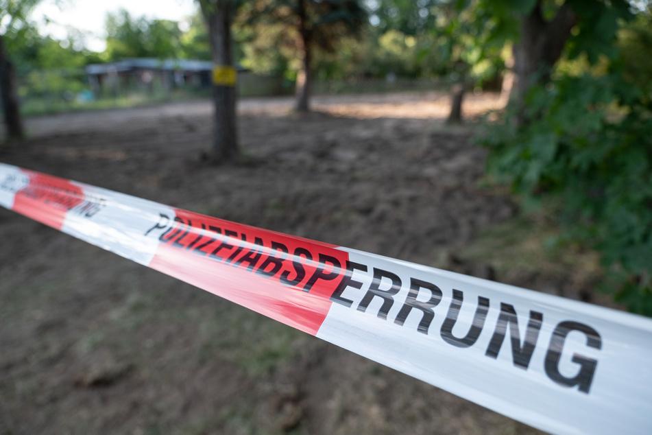 Sand ist auf der Kleingarten-Parzelle bei Seelze nach Beendigung der Polizeiaktion zu sehen.