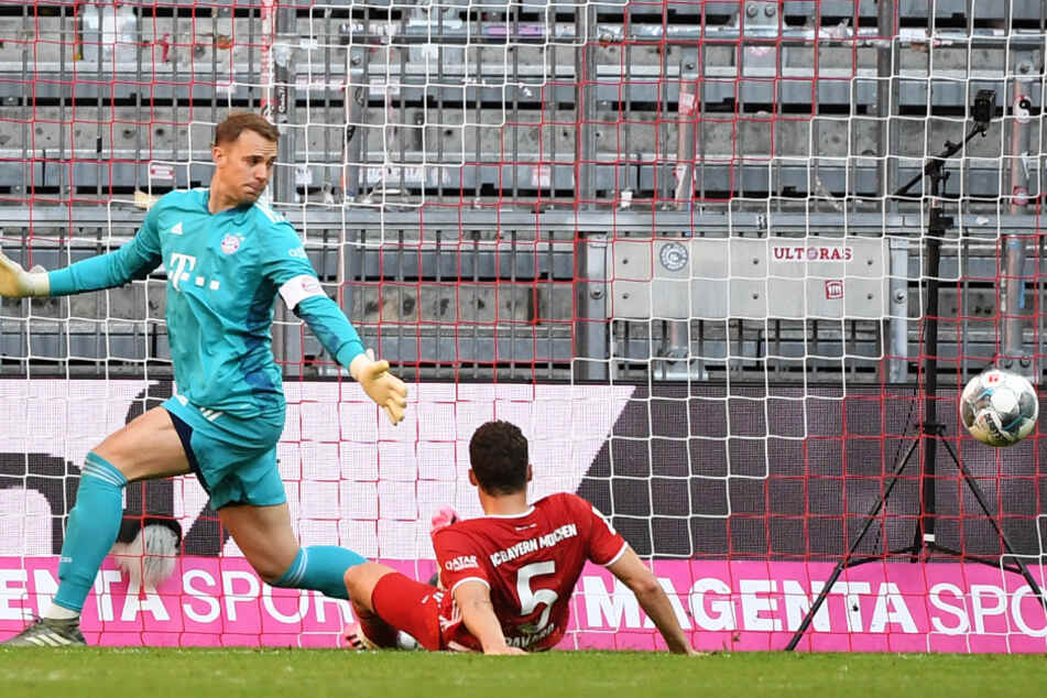 Benjamin Pavard (r) schiebt den Ball unhaltbar ins eigene Netz. Torwart Manuel Neuer kann nicht mehr eingreifen.