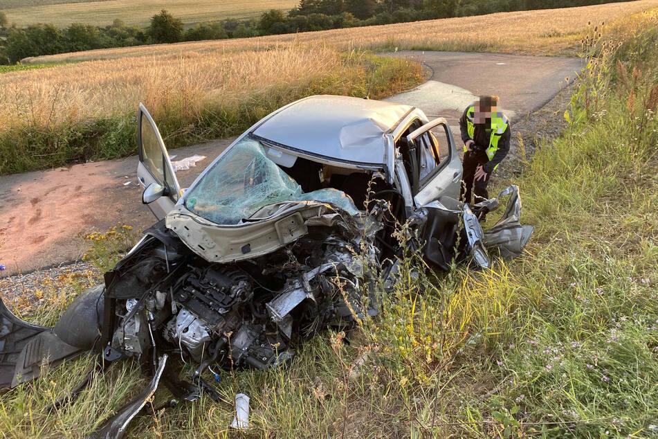 Der Fahrer des verunfallten Peugeot (18) wurde lebensbedrohlich verletzt.