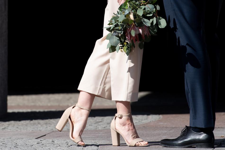 Corona: Brautpaar darf auf Hochzeit tanzen, alle anderen müssen sitzen bleiben