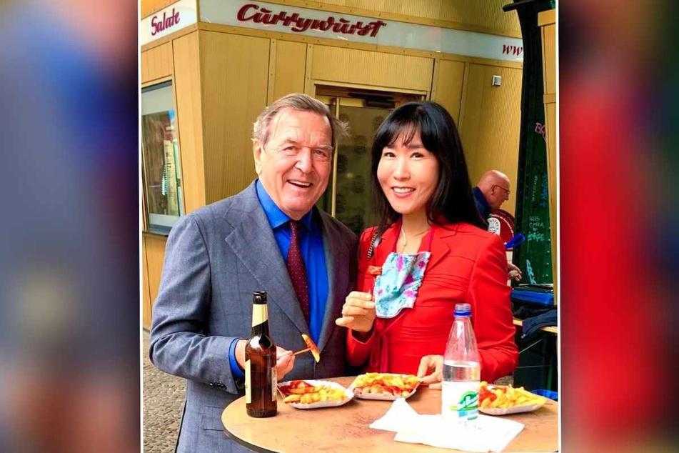 Ex-Bundeskanzler Gerhard Schröder (77) und Frau Soyeon Schröder-Kim (53) lieben Currywurst. Das zeigt der neuste Instagram-Post von Schröder-Kim.