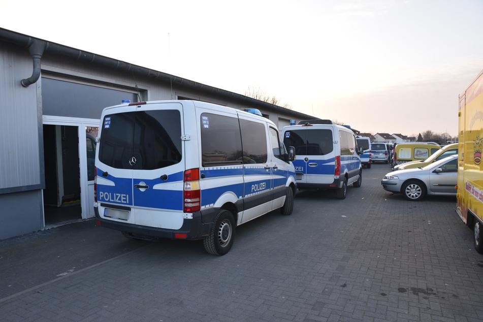 Im Rahmen von Raubüberfällen auf Senioren hat die Polizei in Köln am Dienstagmorgen zwei Haftbefehle gegen zwei Beschuldigte (38, 39) vollstreckt.