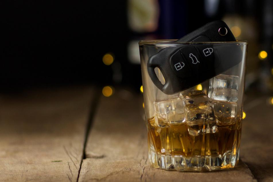 Weil sich ein junger Mann betrunken hinters Steuer setzte, erwartet ihn nun ein längerer Entzug des Führerscheins. (Symbolbild)