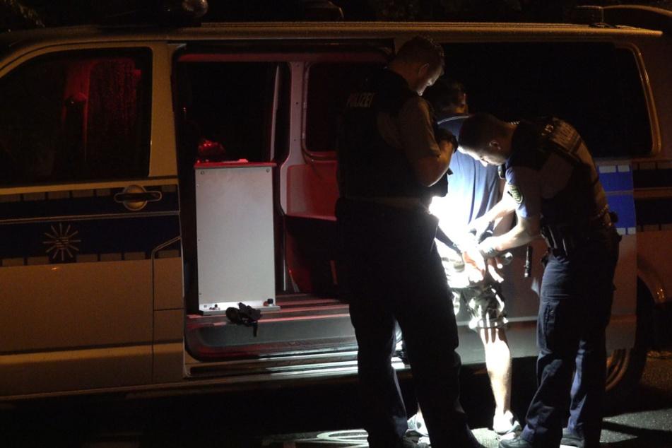 Leipzig: Wilde Verfolgungsjagd: 31-Jähriger rast mit gestohlenem Geländewagen gegen Laterne und Auto