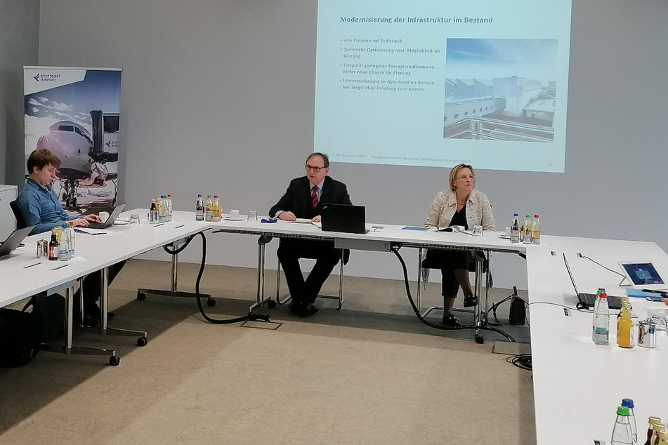Die Flughafen-Geschäftsführer Walter Schoefer und Arina Freitag am Mittwoch bei einer Pressekonferenz.