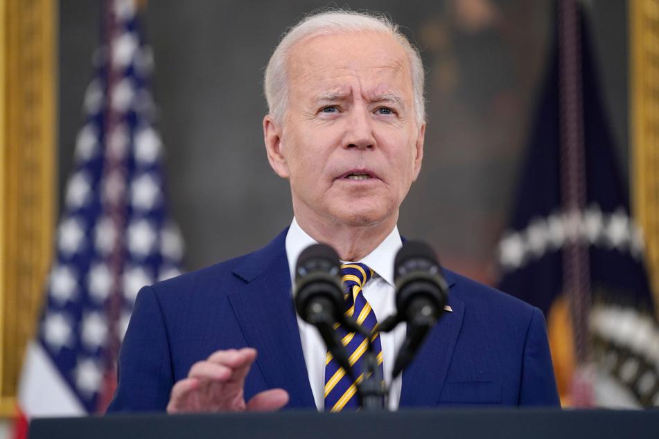 Joe Biden, Präsident der USA, spricht über das Erreichen von 300 Millionen COVID-19-Impfungen, im State Dining Room des Weißen Hauses.