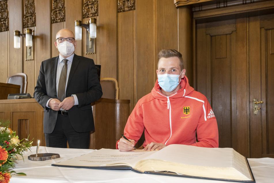Dreispringer Max Heß (24, r.) durfte sich am Dienstag zum dritten Mal in das Goldene Buch der Stadt eintragen.