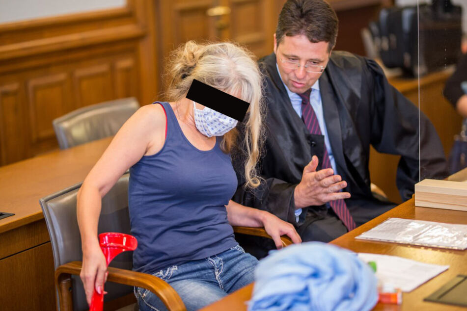 Kam auf Krücken zur Verhandlung: Alla G. (47), die mit ihrem Mann Mark (55), ihrem Sohn Dmytro (28) und dem abgetauchten Leipziger Polizisten Patrick G. (30) einen riesigen Internet-Betrug aufgezogen haben soll.