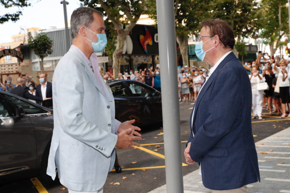 Benidorm: Felipe VI. (l), König von Spanien, begrüßt Ximo Puig, Ministerpräsident der Region Valencia, während eines Besuchs in der Autonomen Gemeinschaft Valencia.