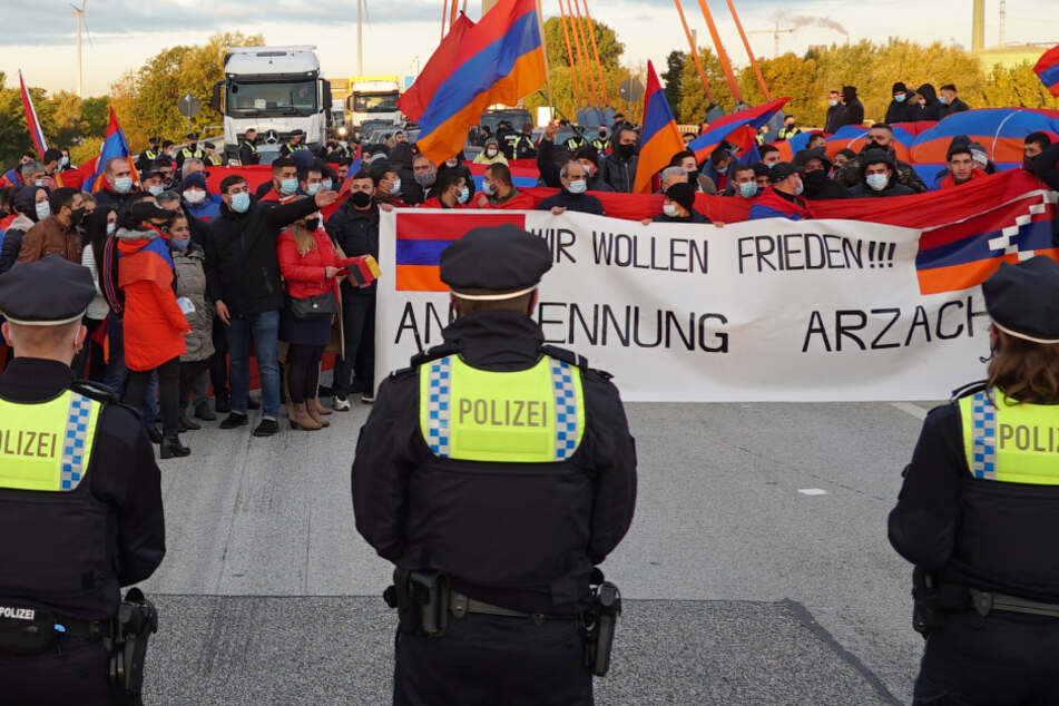 Zwölf Kilometer Stau auf der A1: Unangemeldete Demo blockiert Autobahn!