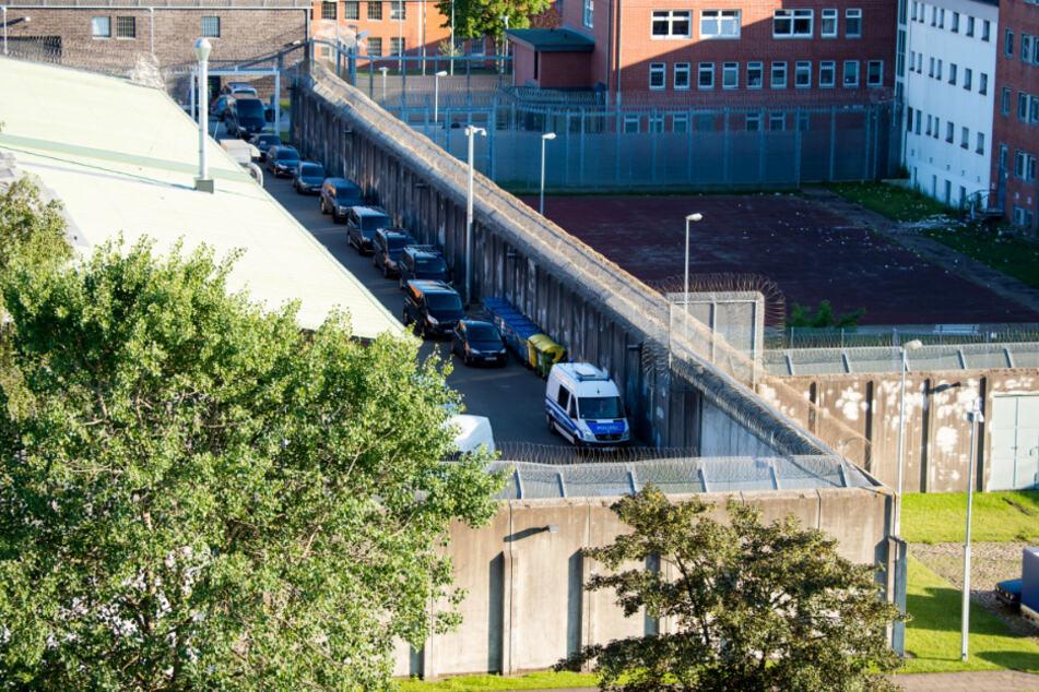 Polizeifahrzeuge stehen in der Justizvollzugsanstalt.