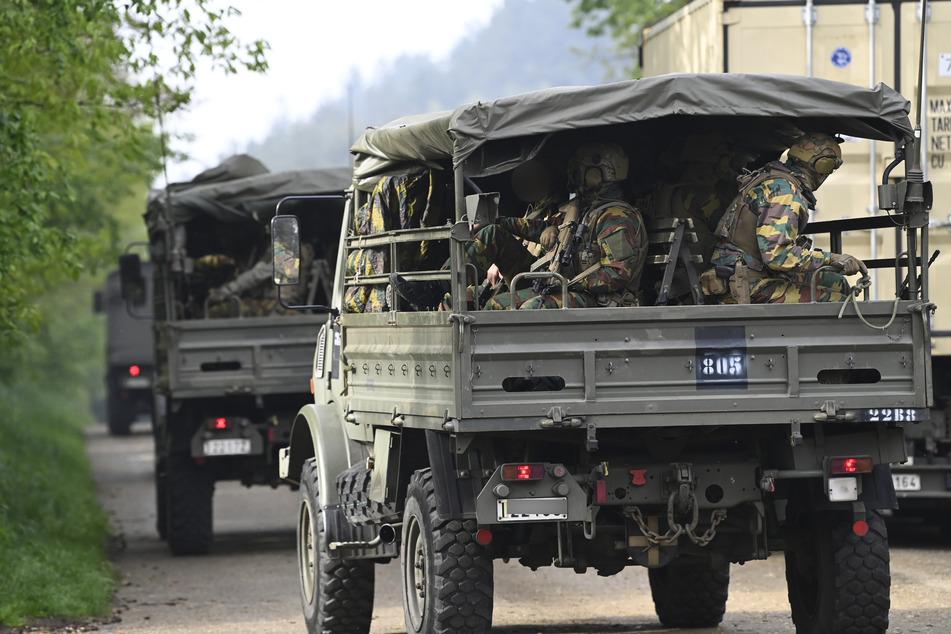 Bewaffnete Soldaten sitzen in Fahrzeugen auf einer Straße am Eingang zum Nationalpark Hoge Kempen (Belgien).