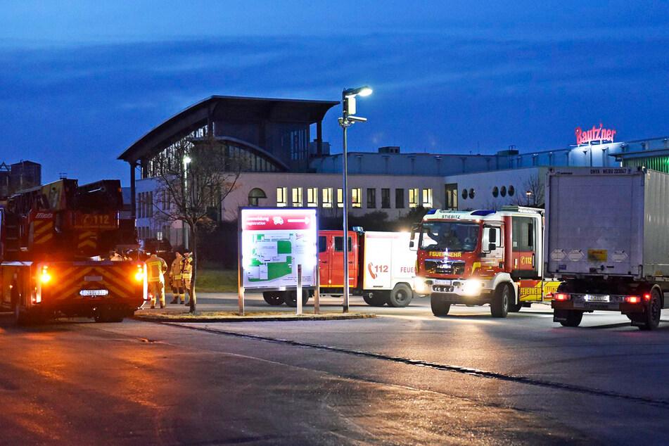 Die Feuerwehr postierte sich rund um das Bautz'ner Werk in Kleinwelka.