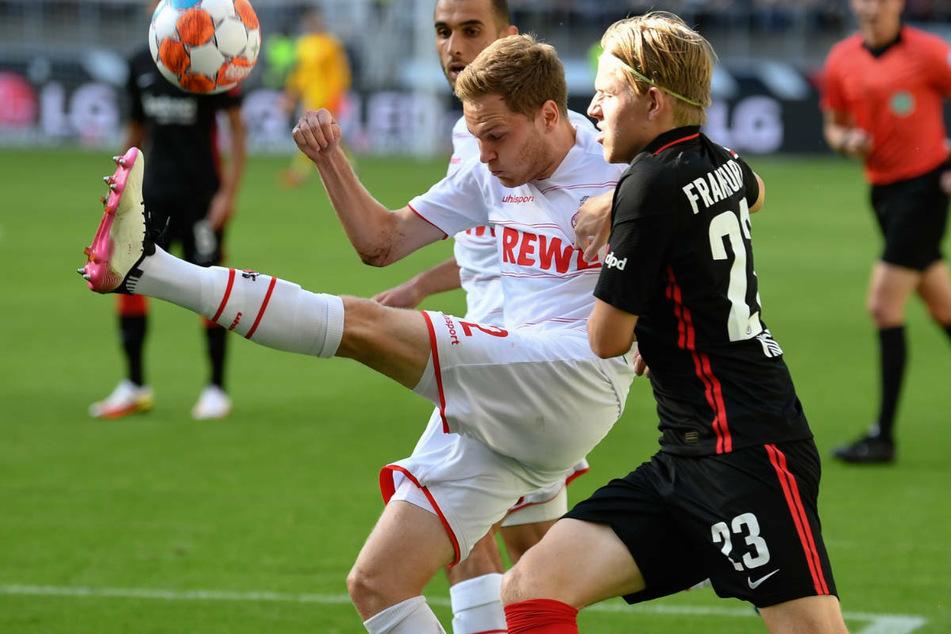 Kölns Benno Schmitz (2.v.r.) im hart geführten Zweikampf mit Jens Petter Hauge: Die beiden Teams schenkten sich in der an sich aber fairen Partie nichts.
