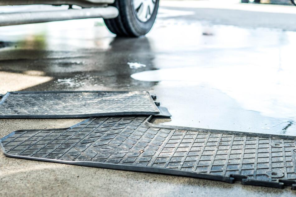 Waschanlagen-Wahnsinn: Mann rastet völlig aus, weil Senior Fußmatten ausklopft