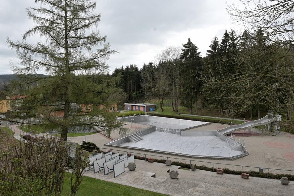 Wassermassen: Das Einsiedler Planschbecken (v.) fasst 45 Kubikmeter (oder 300 Badewannen), das Hauptbecken satte 850 Kubikmeter Wasser.