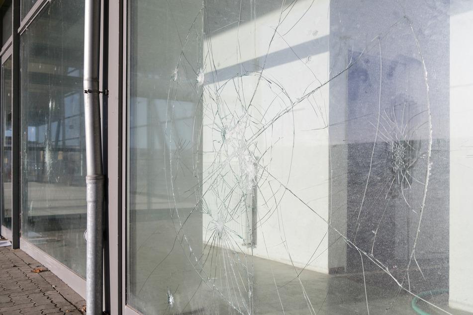 In Reichenbach im Vogtland wurde die Glasscheibe an einem Seniorenheim beschädigt. (Symbolbild)