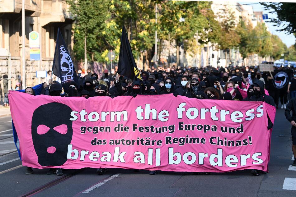 """Das Motto der Demo: """"Storm the fortress - break all borders!: Gegen die Festung Europa und das autoritäre Regime Chinas"""""""