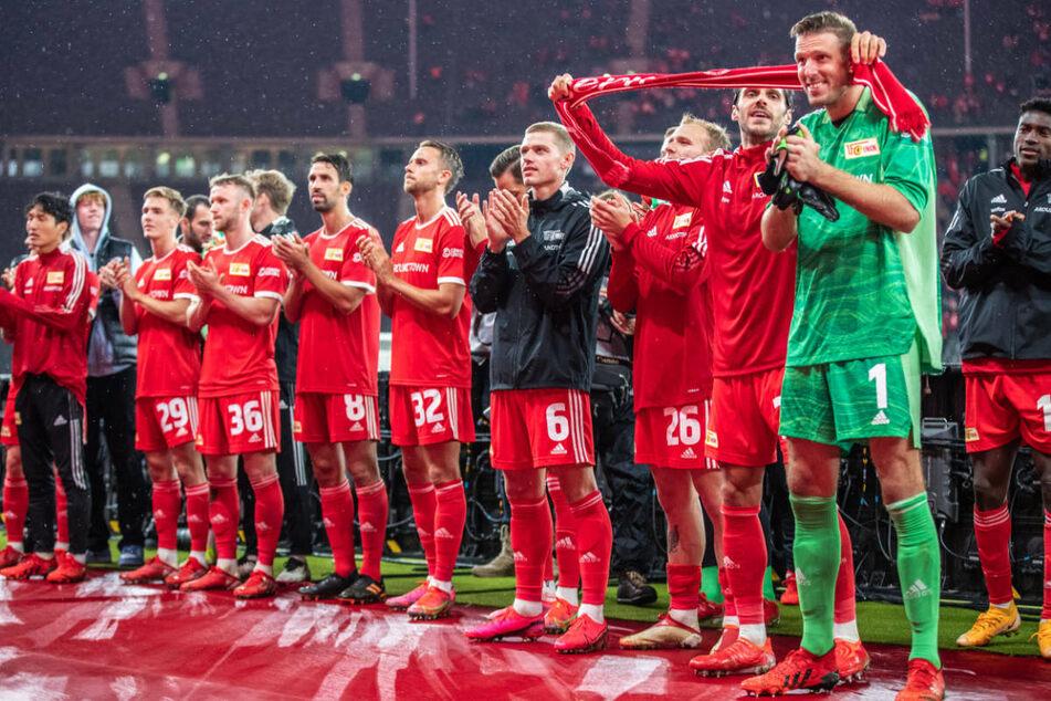 Die Spieler des 1. FC Union Berlin feiern im Berliner Olympiastadion den Einzug in die Gruppenphase der UEFA Conference League mit ihren Fans.