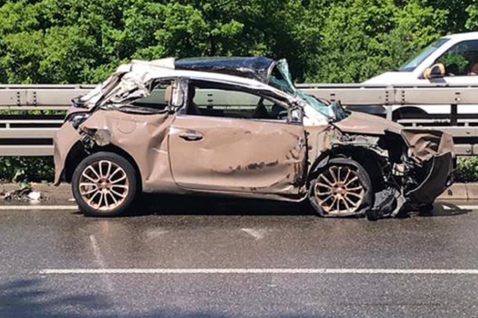 Autofahrer überschlägt sich mehrfach: Zwei Verletzte nach Unfall auf A6