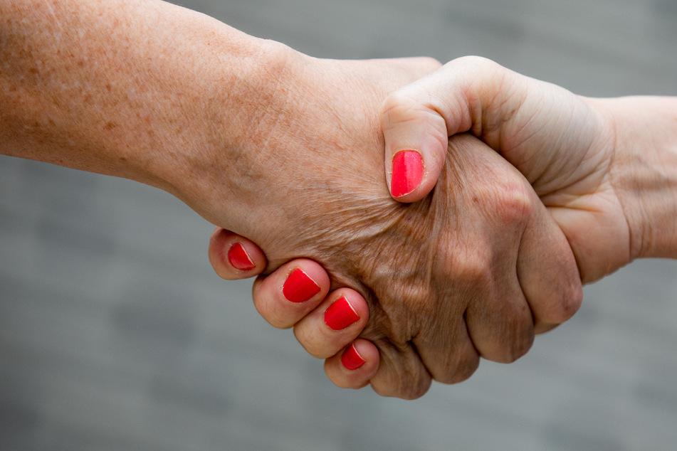 Arzt will Frauen nicht die Hand schütteln: Einbürgerung abgelehnt!