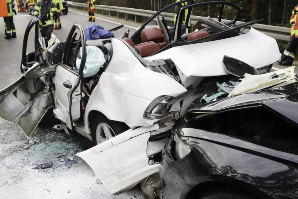 Horror-Crash auf Bundesstraße: BMW kracht in KIA und Audi, Fahrer eingeklemmt!
