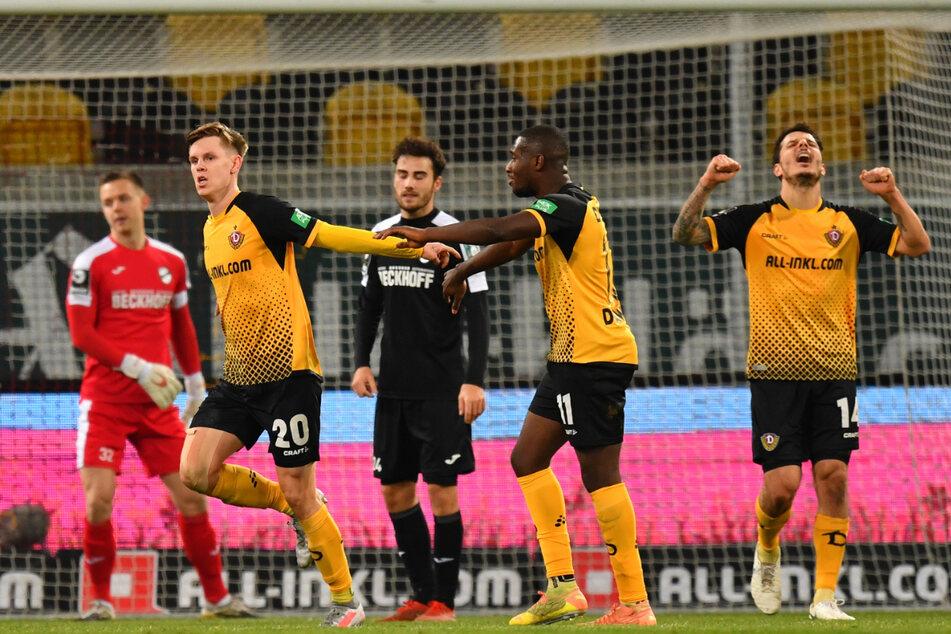 Julius Kade (l.) will wieder mit seinen Team-Kollegen spielen. Ob er heute schon Gelegenheit dazu hat?