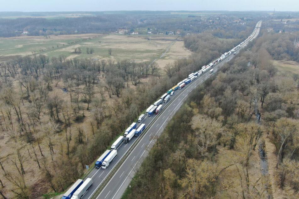 Tödlicher Unfall auf der A12: Lkw kracht in Stauende