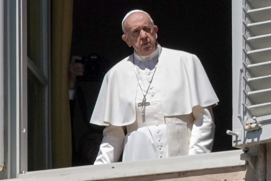 Vatikanstadt: Papst Franziskus schaut auf den menschenleeren Petersplatz.