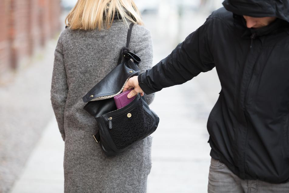 Der brutale Räuber schleifte die Frau an ihrer Handtasche hinter sich her. (Symbolbild)