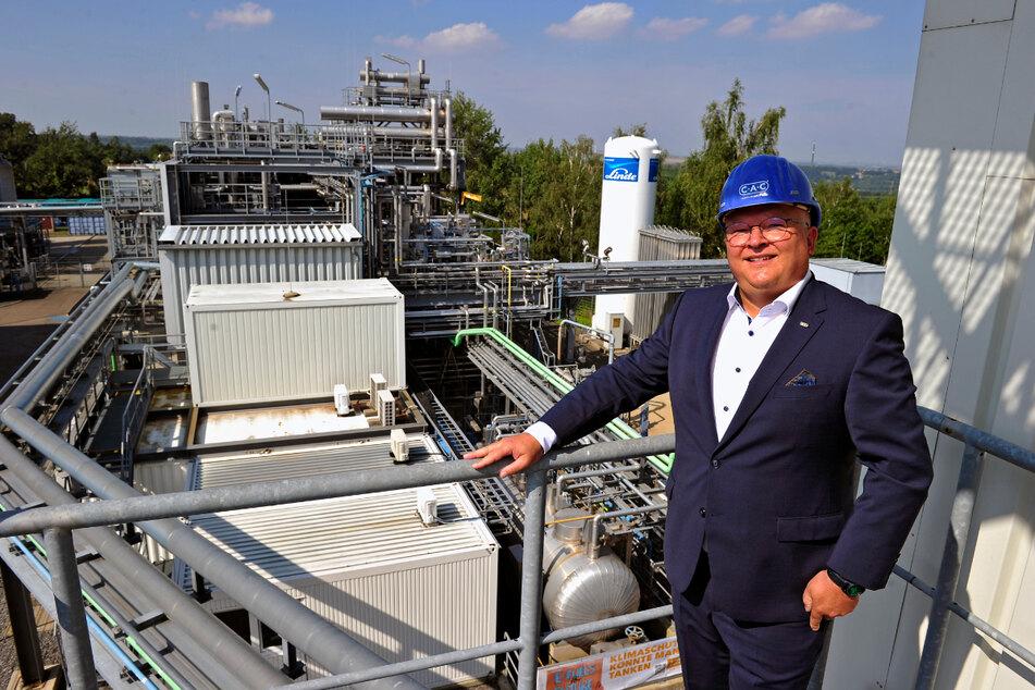 CAC-Junior-Chef Jörg Engelmann vor der E-Fuels-Demonstrationsanlage an der TU Bergakademie Freiberg.