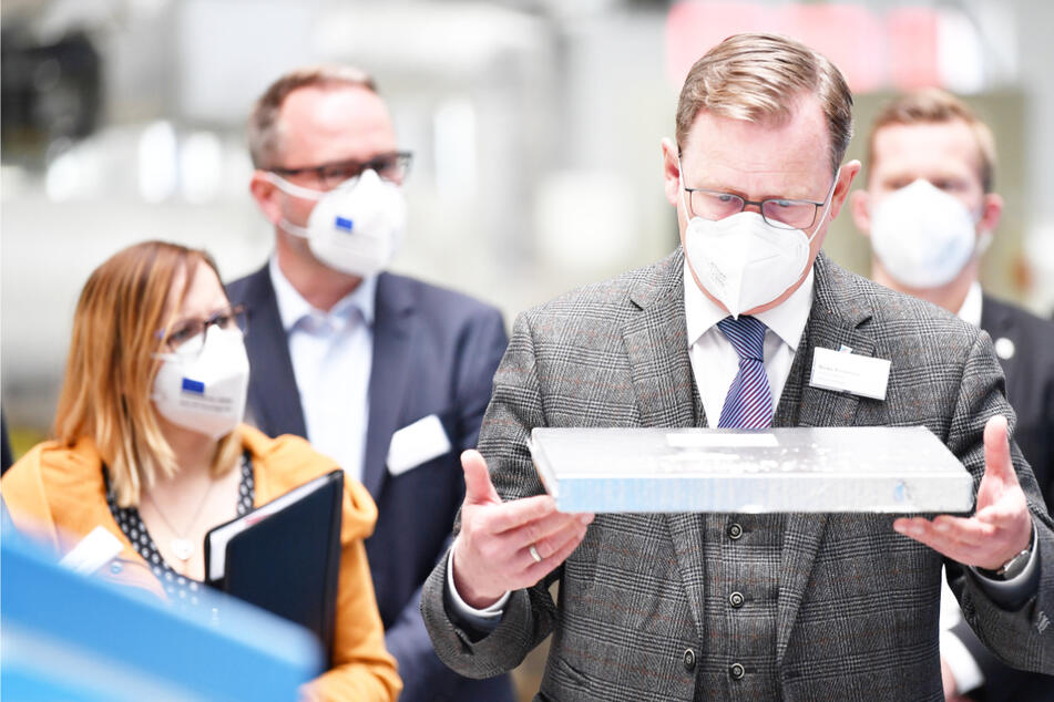 Bodo Ramelow (65, Linke) besichtigt den Produktionsstandort der va-Q-tec AG. Thüringens Ministerpräsident will die Impfreihenfolge bald beenden.