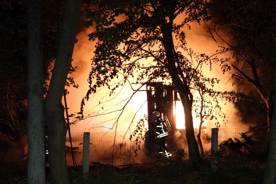 Gartenlaube in Flammen: Funkensprühendes Stromkabel bringt Einsatzkräfte in Gefahr