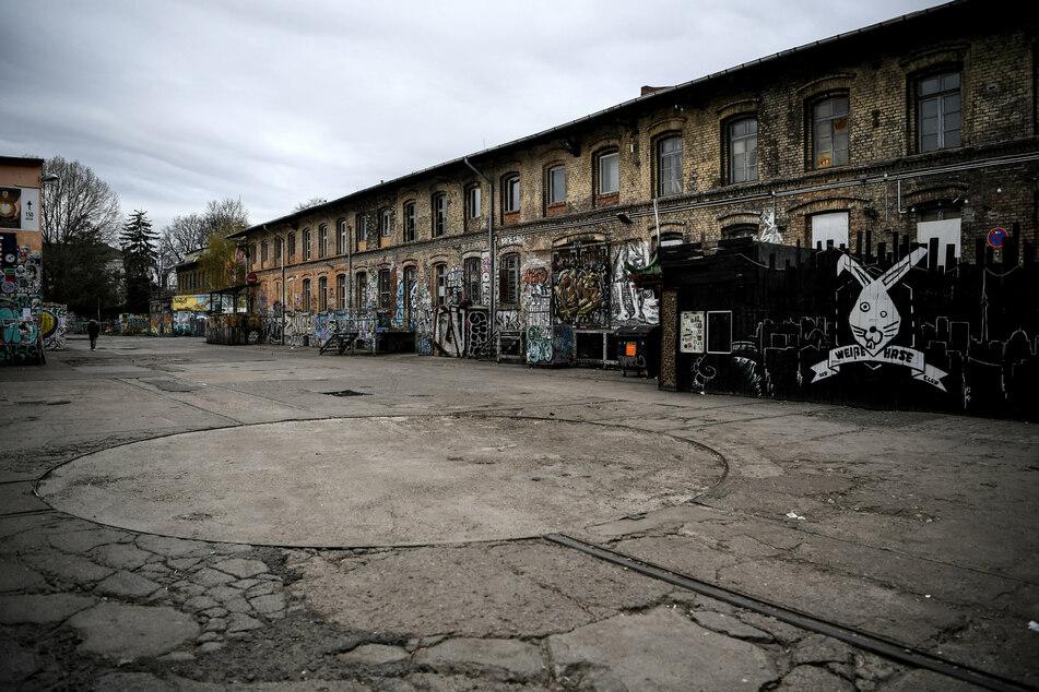 Der Platz vor dem RAW Gelände, dem ehemaligen Reichsbahnausbesserungswerk, ist im März 2020 leer.