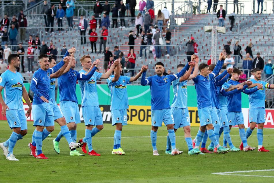 Die Spieler des SC Freiburg jubeln nach dem 1:0-Sieg im DFB-Pokal gegen die Würzburger Kickers in der Flyeralarm Arena.