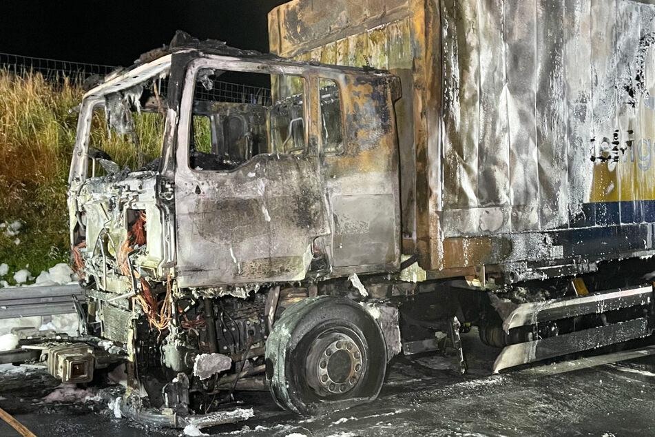 Wegen eines brennenden Lastwagens ist ein Abschnitt der A9 in Bayern gesperrt worden.