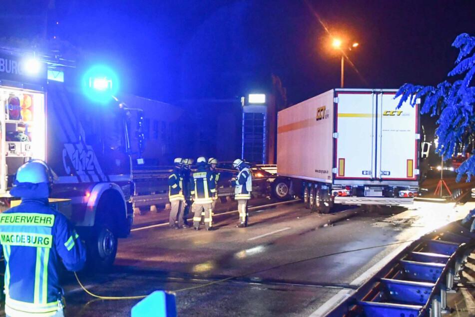 Trümmerteile hinabgestürzt: Lkw verunglückt auf der Ringbrücke in Magdeburg