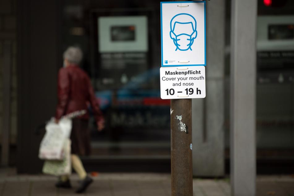 Ein Verstoß gegen die Maskenpflicht kann in Düsseldorf extrem teuer werden.