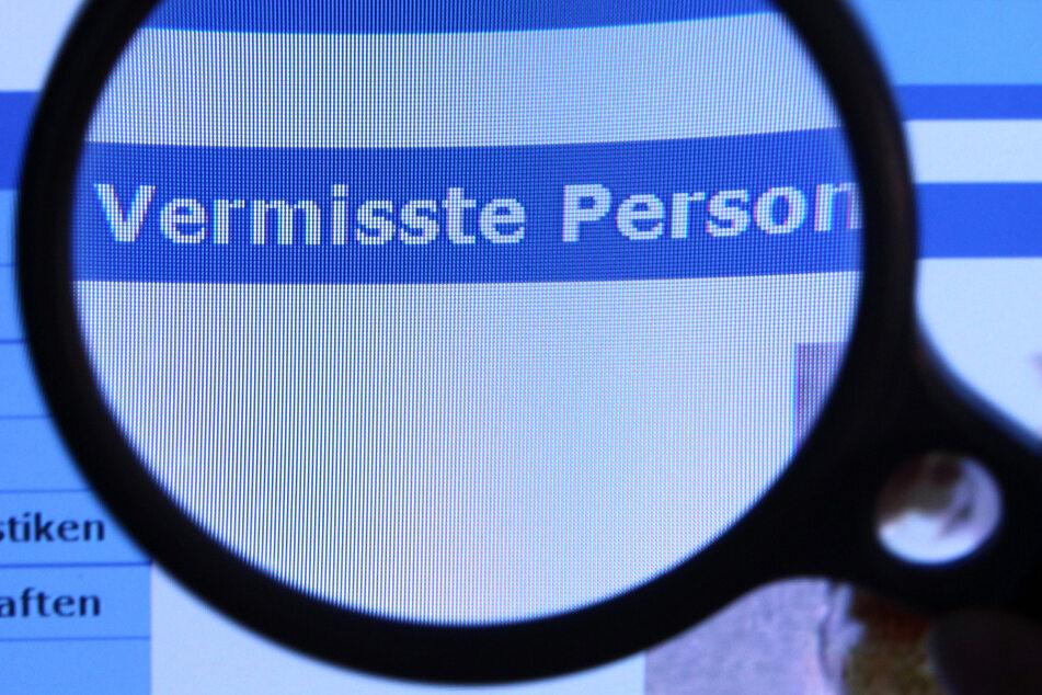"""Hinter einer Lupe ist der Schriftzug """"Vermisste Person"""" zu sehen."""