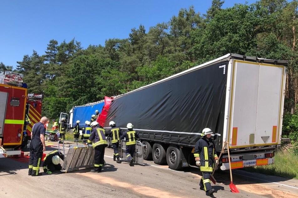 Die Feuerwehr musste den Unfallverursacher aus seinem Führerhaus befreien.