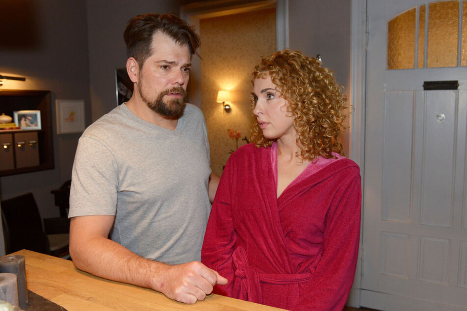 Lange konnten Leon (l.) und Nina das Liebes-Glück nicht genießen. Das GZSZ-Traumpaar ist wieder getrennt.
