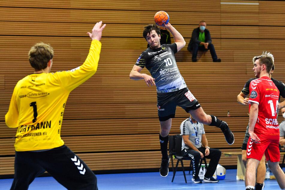 Gleich klingelt's! Nils Gugisch (23, am Ball) überwindet den Wilhelmshavener Keeper Jens Vortmann (33, l.).