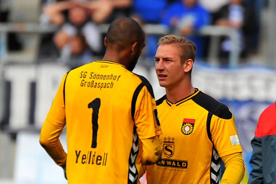 Szene aus dem Oktober 2016: Kevin Broll (r.) wird bei Großaspach für den verletzten David Yelldell eingewechselt.