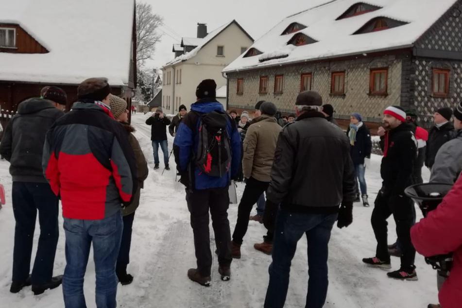 Rund 30 Menschen trafen sich in Großschönau, um das Haus des Ministerpräsidenten zu belagern.