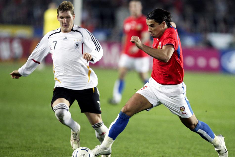 Milan Baros (r.) am 24. März 2007 im Duell mit Bastian Schweinsteiger. Der Stürmerstar erzielte für Tschechien in diesem EM-Qualifikationsspiel zwar den 1:2-Anschlusstreffer, doch am Ende gewann die DFB-Auswahl dank eines Doppelpacks von Kevin Kuranyi.