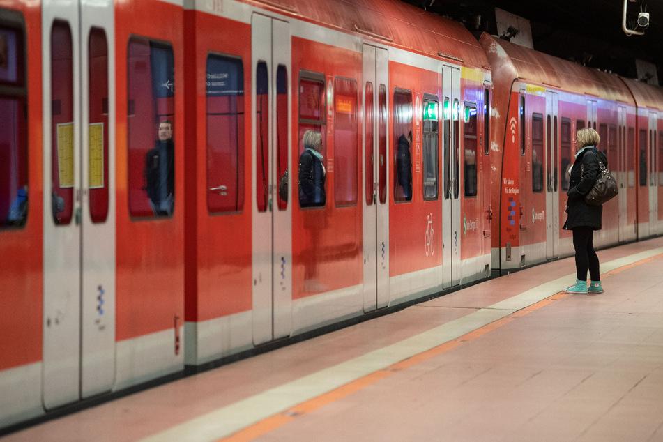Wer mit der Bahn fahren will, sollte auf lautes Sprechen verzichten - und so die Aerosolkonzentration niedriger halten. (Symbolbild)