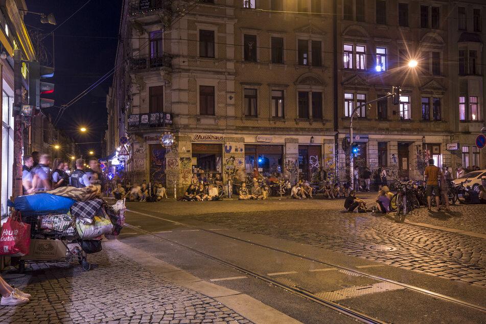 Das Assi-Eck an der Kreuzung Görlitzer Straße und Louisenstraße. Ein Polizist wurde bei einem Einsatz auf der Louisenstraße von einer Glasflasche am Kopf getroffen. (Archivbild)