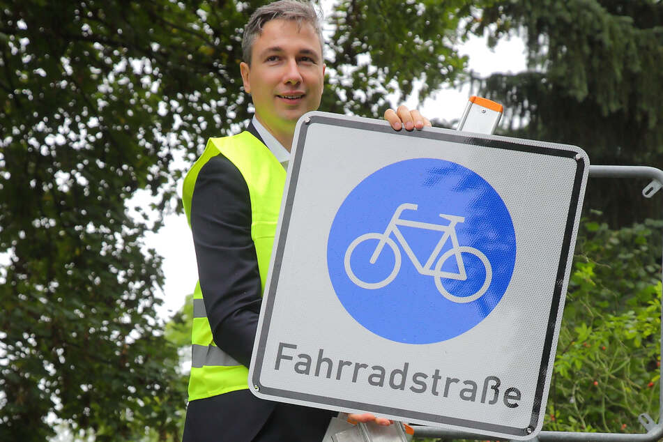 Verkehrsbürgermeister Stephan Kühn (42, Grüne) montierte das letzte von etwa 40 neuen Verkehrsschildern.