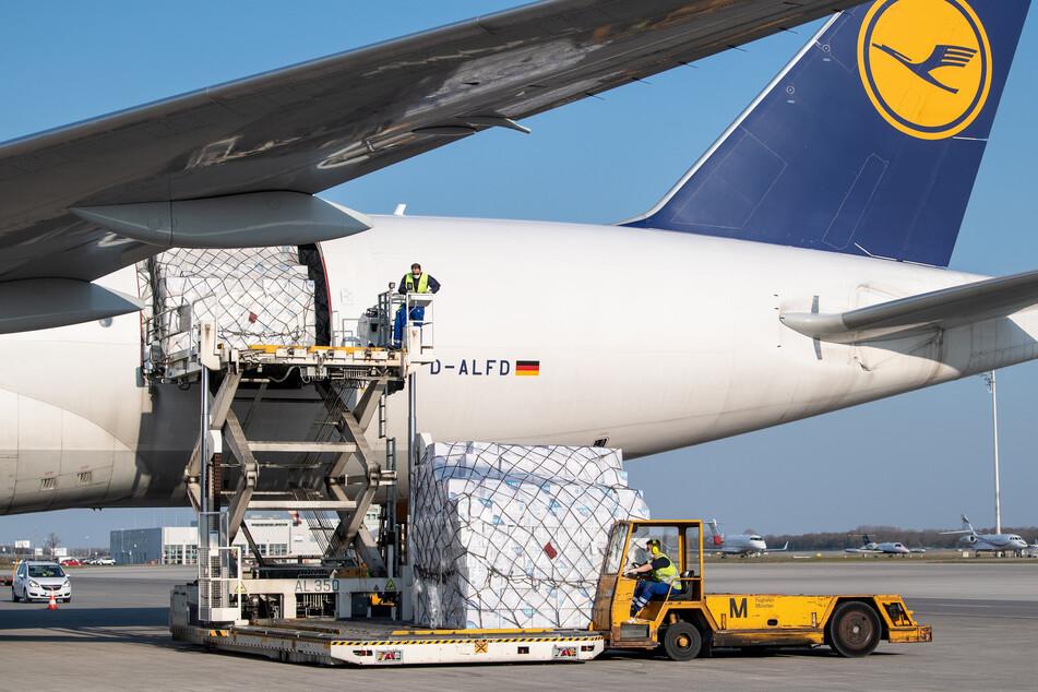 Ein Frachtflugzeug der Lufthansa Cargo wird auf dem Vorfeld vom Flughafen München entladen (Symbolbild).