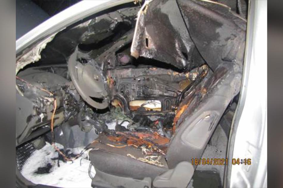 Das Auto brannte am Sonntagmorgen auf der B189 aus.